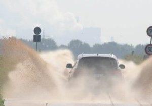 Überschwemmung auf der L 279: Meterhoch spritzt das Wasser, das sich auf der 279 zwischen Millendorf und Pütz regelmäßig nach Regenfällen sammelt