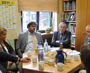 Aufmerksam nahm Staatssekretär Klaus Schäfer (M.) Kritik und Anregungen aus der Heppendorfer Dionysius-Kita auf. (Foto: Fratz)