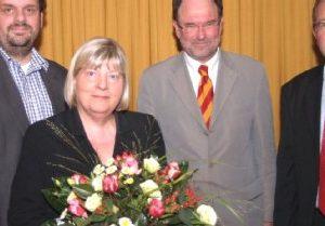 Helga Kühn-Mengel tritt im Bundestagswahlkreis 93 für die SPD als Direktkandidatin an. Erste Gratulanten waren die Kreisvorsitzenden Guido van den Berg (links) und Uwe Schmitz (rechts) sowie Versammlungsleiter Bernhard Hadel (2.v.l.)