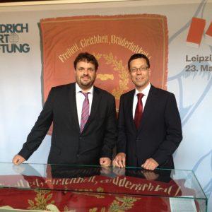 Guido van den Berg MdL und Dierk Timm mit der Orginal-Traditionsfahne der SPD