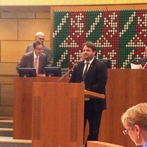 Guido van den Berg am Pult im Landtag