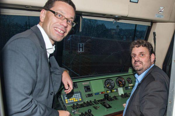 Dierk Timm und Guido van den Berg im Führerstand der RB 38