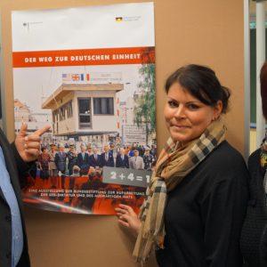 Guido van den Berg MdL, Frau Roreger und Frau Merfort von der Hauptschule Pulheim bei der Ausstellung 25 Jahre Deutsche Einheit