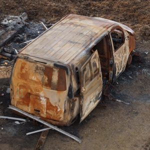 Ausgebranntes Fahrzeug im Hambacher Forst