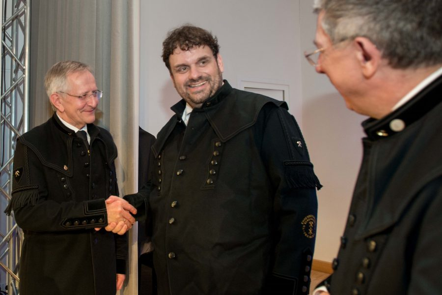 Altrektor Prof. Bernd Meyer und Rektor Prof. Klaus-Dieter Barbknecht verleihen Guido van den Berg den Ehrenbergkittel