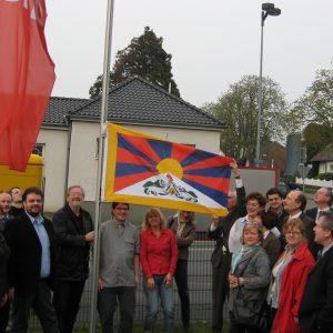 SPD hißt Tibet-Fahne vor dem Fritz-Erler-Haus