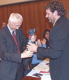 Guido van den Berg schenkt Hans Krings eine Flasche Sekt