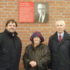 Guido van den Berg, Jutta Hermann und Hans Krings vor der Gedenktafel für Gustav Heinemann