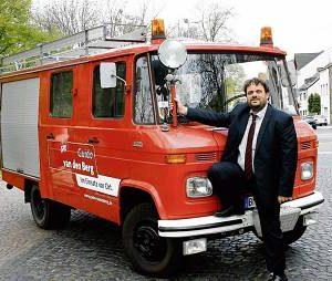 Das alte Feuerwehrauto, das Guido van den Berg durch den Wahlkampf begleitet, tat einst seinen Dienst bei einem Löschzug der Freiwilligen Feuerwehr in Niedersachsen. (Foto: Funken)