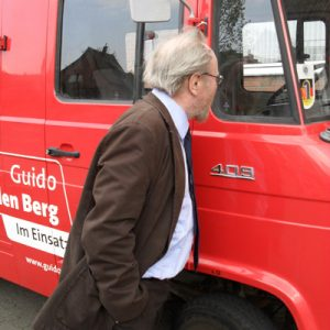Wolfgang Thierse am Feuerwehrauto