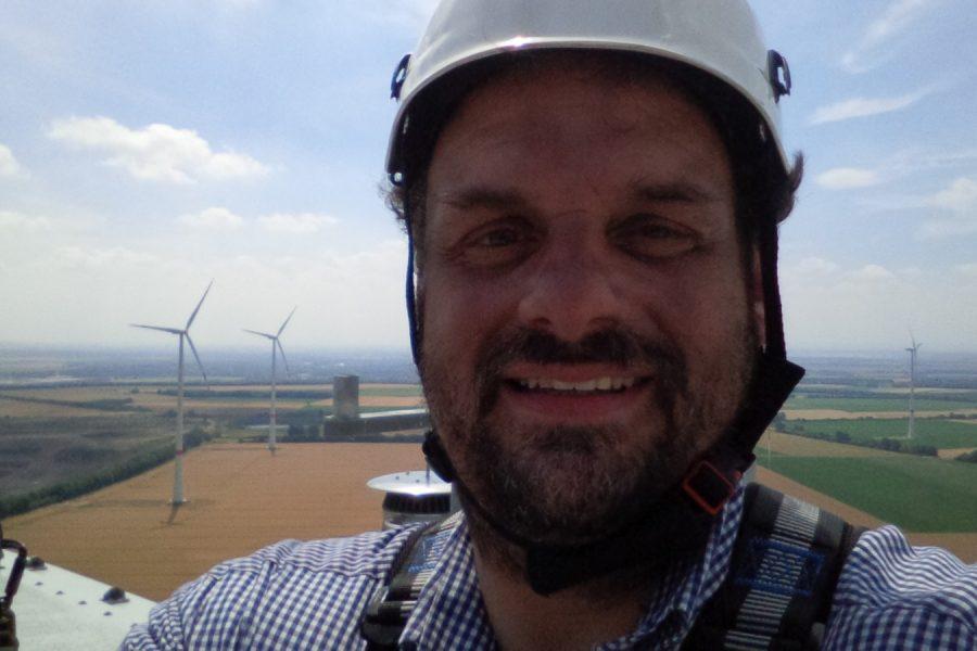 Guido van den Berg MdL auf dem Windrad über dem ehemaligen Tagebau Garzweiler