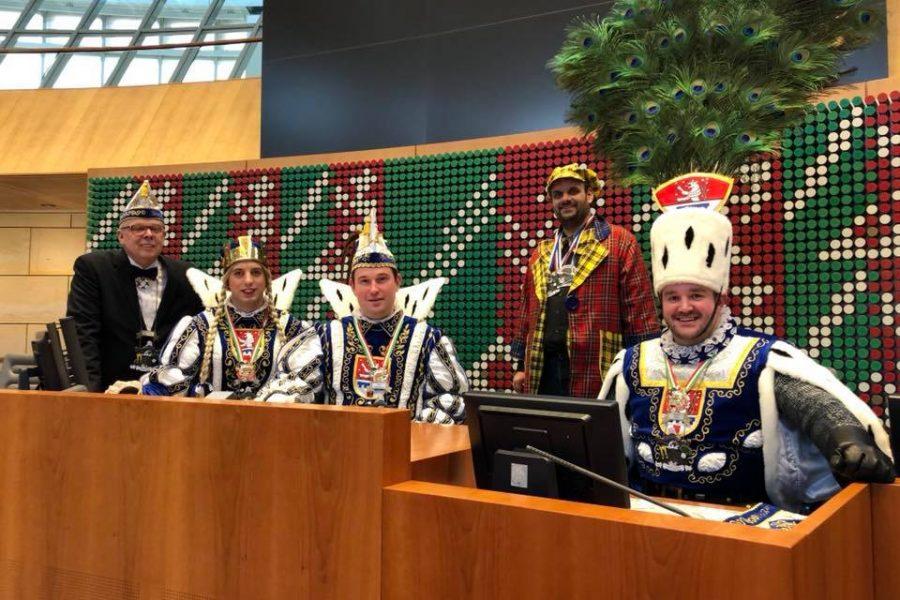Das Bedburger Dreigestirn im Sitzungssaal des Düsseldorfer Landtags zusammen mit Guido van den Berg