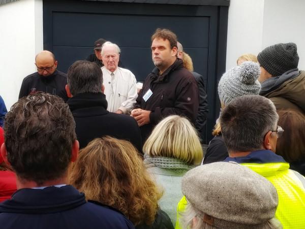 Guido van den Berg spricht zu den betroffenen Bürgern in Geyen (29.10.2018).
