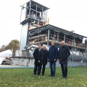 Guido van den Berg MdL, Prof. Bernhard Hoffschmidt, Arndt Kohn MdEP, RWE-Betriebsrat Michael Lehmann am Wärmespeicher-Versuchsstand in Köln-Portz